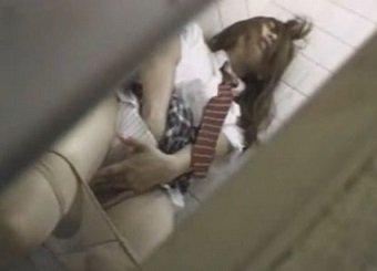 公衆トイレに駆け込んだJKが発情オナニーで激イキする姿を隠し撮り
