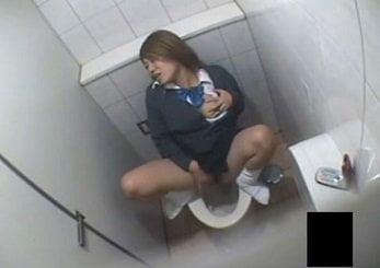 放課後にスーパーのトイレでオナニーする制服姿のJKを隠し撮り