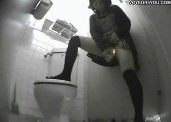 トイレに設置してあった極太バイブでオナニーする童顔女子を隠し撮り