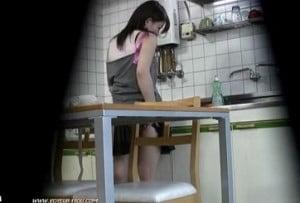台所でニンジンを見た人妻がオナニーをしようとする姿を隠し撮り