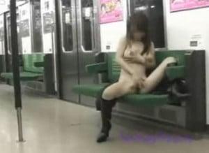 最終電車で露出オナニーする露出好きなお姉さん