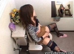 トイレで持参した小型マッサージ器を使いオナニーする若妻を隠し撮り