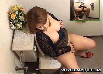 ぽっちゃり巨乳な人妻がトイレでオナニーしてたのを隠し撮り