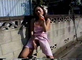 裸エプロンで外を歩く変態人妻が野菜で露出オナニーする動画