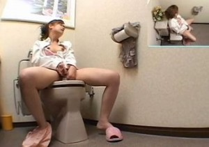 トイレでオナニーするのが日課になってそうな人妻を隠し撮りした動画