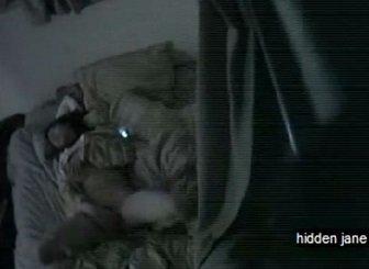 就寝前にベットの上でオナニーする女子が腰浮きイキする姿を隠し撮り