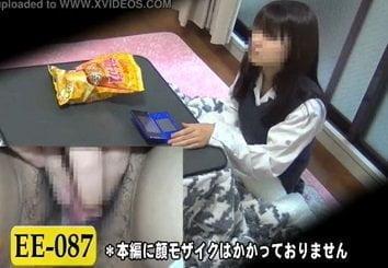 部屋でこっそりオナニーする制服姿の女子校生達を隠し撮りした動画