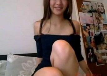 完璧な裸体を披露しながらライブチャットオナニーで誘惑する美女