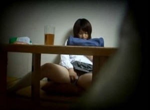 部屋で勉強の休憩がてらオナニーを始める美少女を隠し撮りした動画