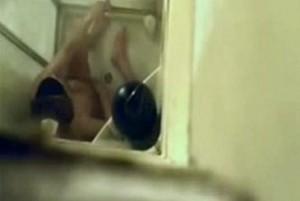 狭いシャワー室内で座ってオナニーする女性を真上から隠し撮り