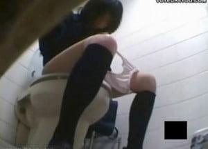 覗き盗撮されているとは知らずに公衆トイレでオナニーに没頭するJK