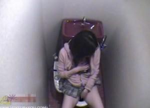 トイレで一服した後にオナニーを始めたお姉さんを隠し撮りした動画