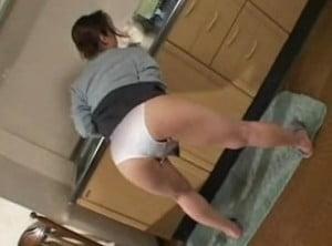 台所で洗い物が終わった人妻が下着姿で性欲解消オナニーを始める動画