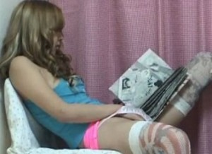 覗き部屋でエロ漫画見ながら股間を弄るギャルがバイブで本格オナニー