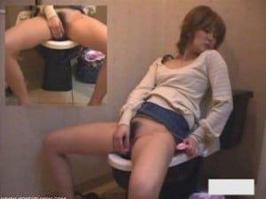 トイレでローターを使いながら気持ち良さそうにオナニーする熟女を隠撮