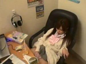 漫画喫茶の個室で隣を気にしながらオナニーする美少女を隠し撮り