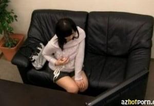 過激なAVを1人で見せられた女子がオナニーを始める隠し撮り動画