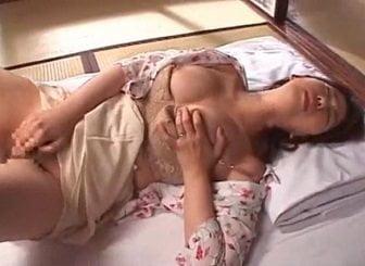 真っ昼間からセンベイ布団の上でオナニーする性欲旺盛な巨乳妻