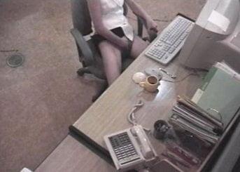 オフィスのパソコンデスクでオナニーしてる女性を隠し撮りした動画