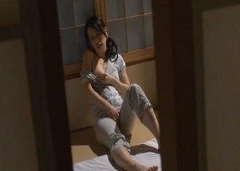 和室の布団の上でバイブオナニーしてる姿を覗き見された熟女
