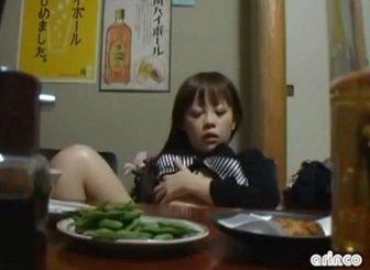 完全に泥酔した女性が居酒屋で本気汁を出しながらオナニーする動画