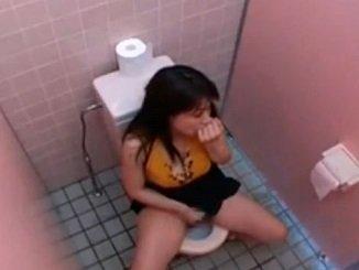 公衆トイレで声を潜めながらオナニーで気持ちよがる巨乳女性を隠撮