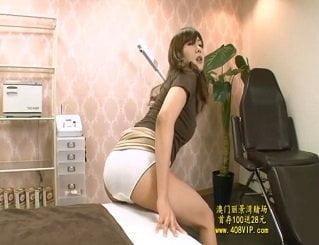 部屋の色々な角に擦り付けてオナニーを楽しむ妖艶なお姉さんの動画