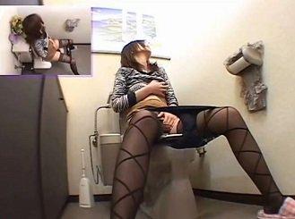 玩具を使いながらトイレでオナニーする黒パンスト人妻を隠し撮り