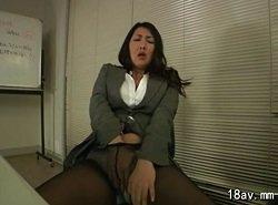 仕事が一段落ついた会議室でオナニーを始める美人熟女社長