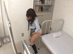 保健室のベットで角オナニーしてたJKが見つかってしまい…