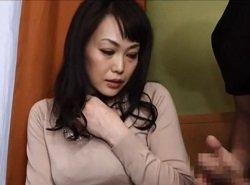 センズリ鑑賞で興奮した人妻が大胆なお手伝いまで披露する動画