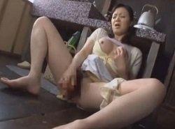 硬いニンジンを使いながら昼下がりにオナニーする欲求不満な熟女