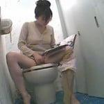 トイレでエロ本オカズに高速指オナで絶頂する人妻を隠し撮り