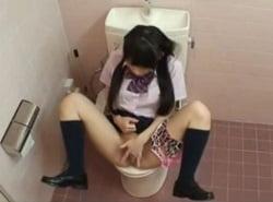 トイレでクリオナニーしながら失禁アクメする小西まりえ