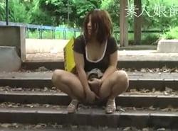 公園で人が来ても命令されながら野外露出オナニーを楽しむM女