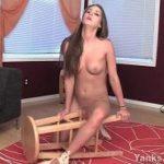 無修正-パイパンを椅子に擦り付けながらオナニーする妖艶海外美女