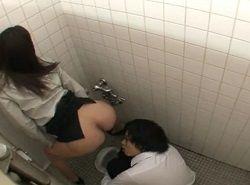 男子トイレの個室で若い男にオナニーを見せつける淫乱な痴女