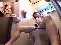 某アパレルメーカー社員が研修室内トイレでオナニーする姿を隠し撮り
