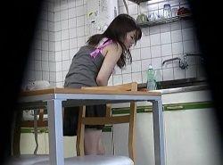 夕食の支度中に発情立ちオナニーする若妻を隠し撮り