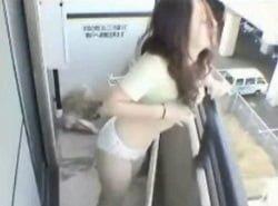 新幹線が通れば見えるアパートのベランダでオナニーを楽しむ女性を隠し撮り
