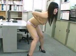 全裸ハイヒール姿で勤務中に会社内で角オナニーで足ピンイキするOL