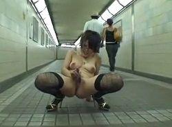 地方の駅通路で通行人などお構いなしに露出オナニーする変態お姉さん