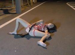 夜の道路でディルドオナニーし痙攣イキする露出好きな変態妻動画