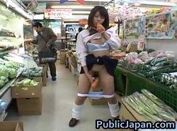 スーパーで客がいても人参オナニーを止めない露出変態な可愛いJK