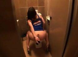 出先トイレで菊門ディルドオナニーする淫乱ギャル