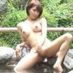 露天風呂で自慰行為にふける姿を見せつける美人妻